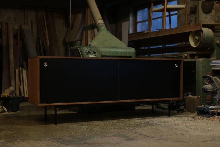 Sideboard Teak Nathan Lindberg Design Minimalismus, Schiebetüren aus Schwarzem Resopal 3