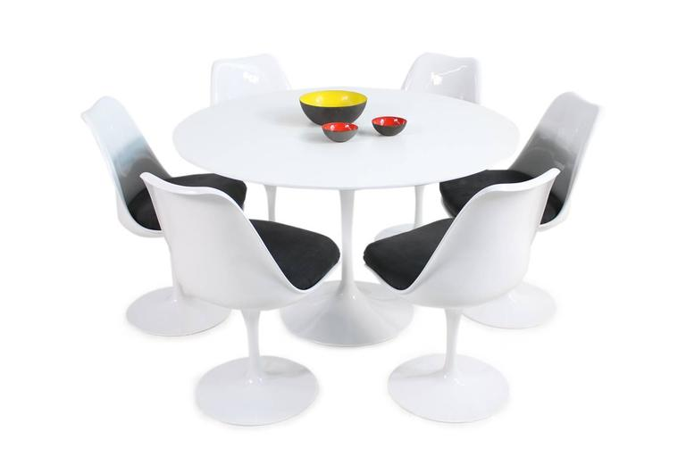 American 1960s Eero Saarinen Tulip Dining Table and Six Swivel Chairs Knoll International For Sale