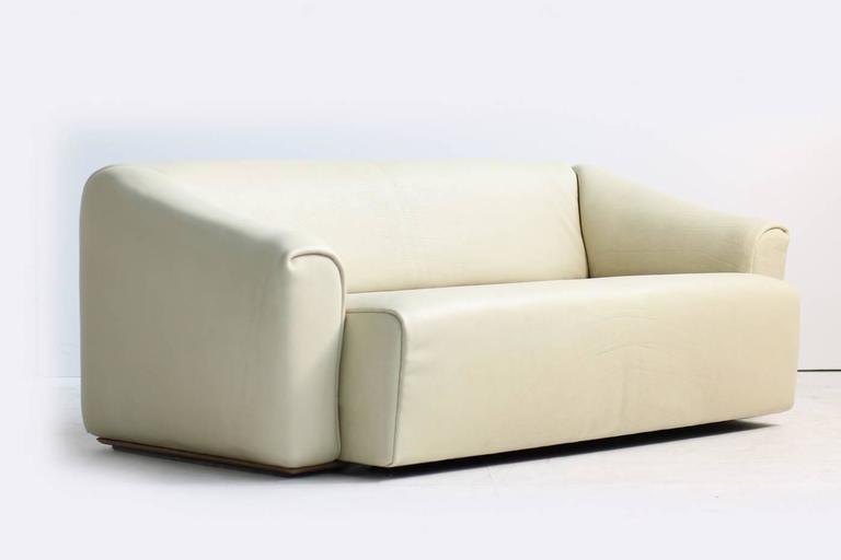 Swiss 1970s De Sede DS 47 Buffalo Leather Lounge Sofa with Extendable Seat Ecru no. 2 For Sale