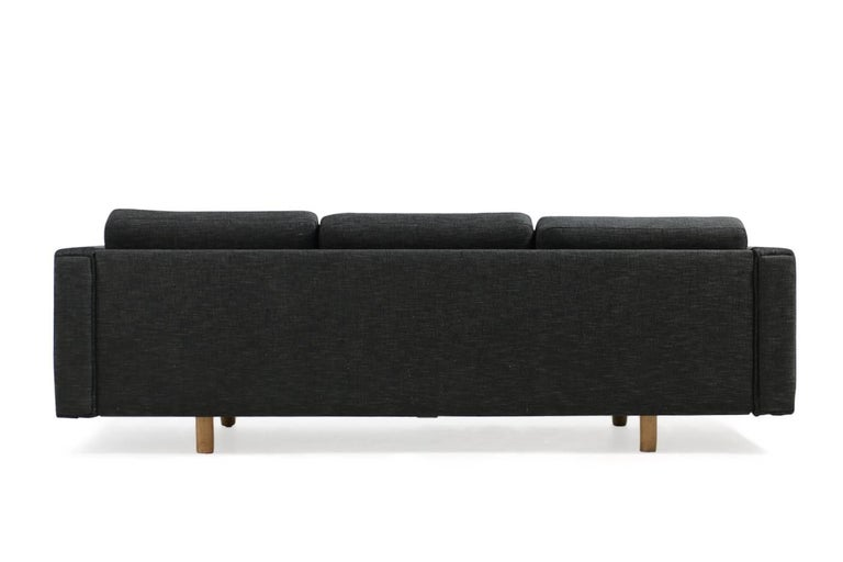 Beautiful Hans J. Wegner Sofa, early edition, oak legs, innerspring cushions with new upholstery, high quality cotton linen fabric, black/dark grey/dark brown woven fabric, freestanding. Best condition.