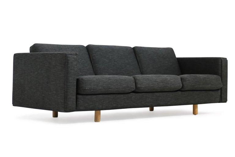 Mid-20th Century 1960s Hans J. Wegner Sofa Mod. Ge 300 for GETAMA, Denmark, New Upholstery, Oak For Sale