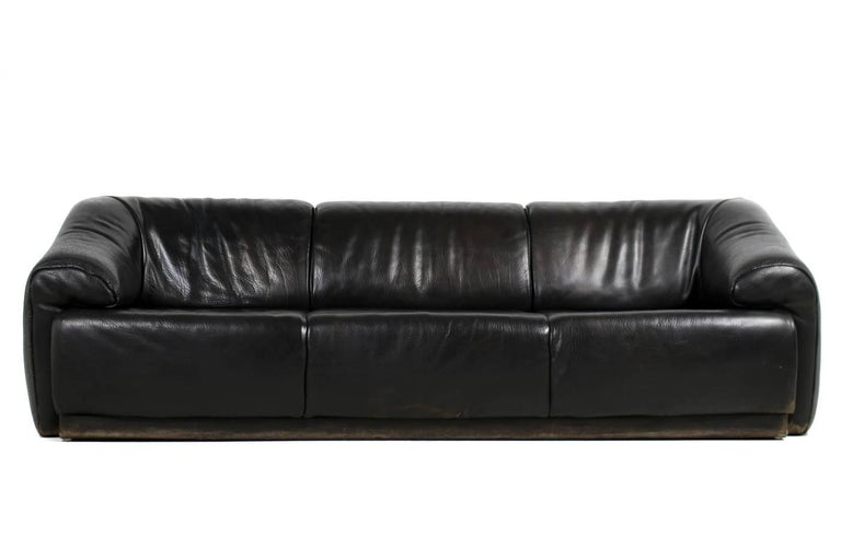 A beautiful and very rare high quality and heavy weight lounge sofa. Heavy weight because of the solid wood and construction and the thick buffalo leather. Inspired by De Sede, Joe Colombo and Luigi Colani, beautiful shape, super comfortable, best