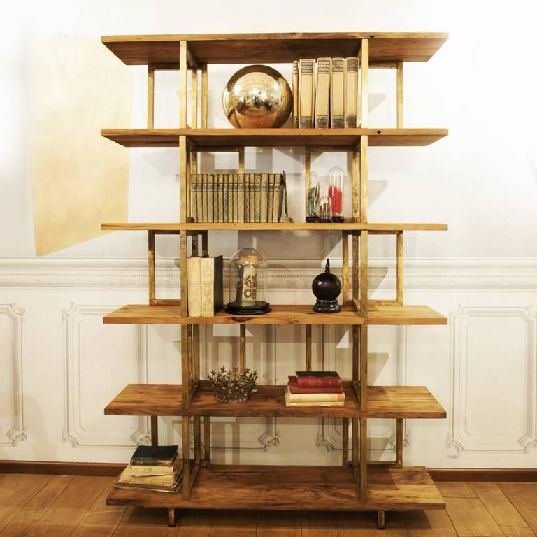 This magnificent bookshelf has a timeless and sophisticated charm that will enrich any living room, either classically decorated or with a more contemporary flair. The structure mixes the rectangular elements forming the vertical structure with six