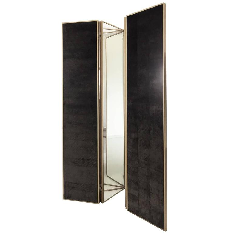 This magnificent screen was crafted by expert artisans and will be a splendid addition to any room, thanks to its exquisite craftsmanship and the sophisticated allure of its Silhouette that evokes the charm of the Art Deco style. The structure is in