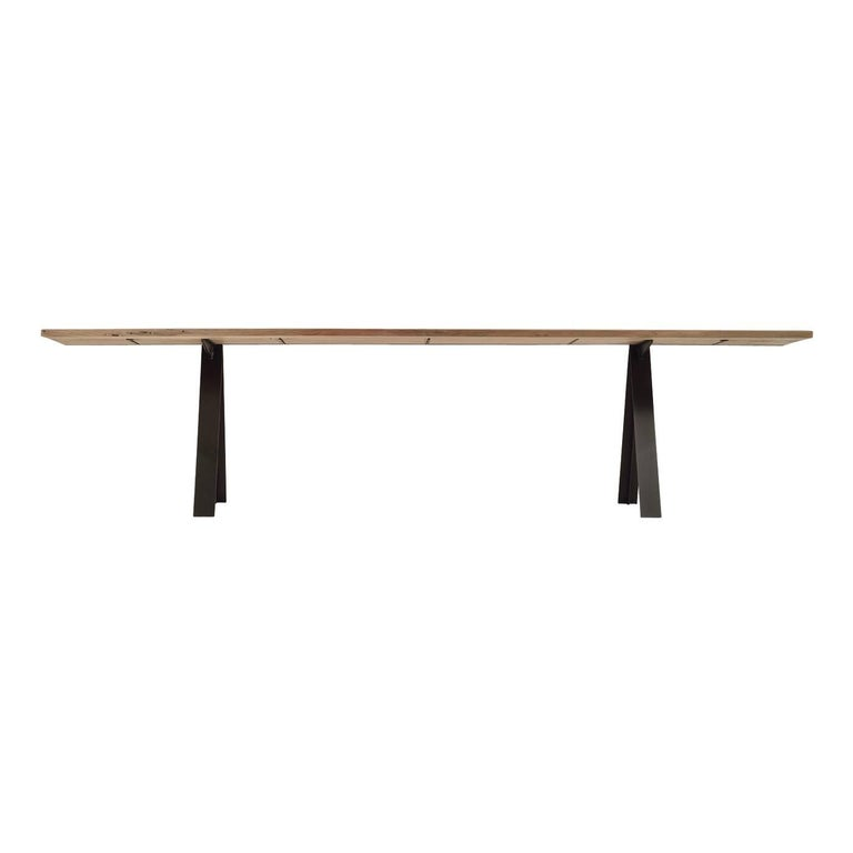 This elegant table is inspired by two main elements: Air and land. The strength of the iron structure is reminiscent of the legs of a crane. Vitality is expressed by the Briccola oakwood top that incorporates lines like that of the wings of an