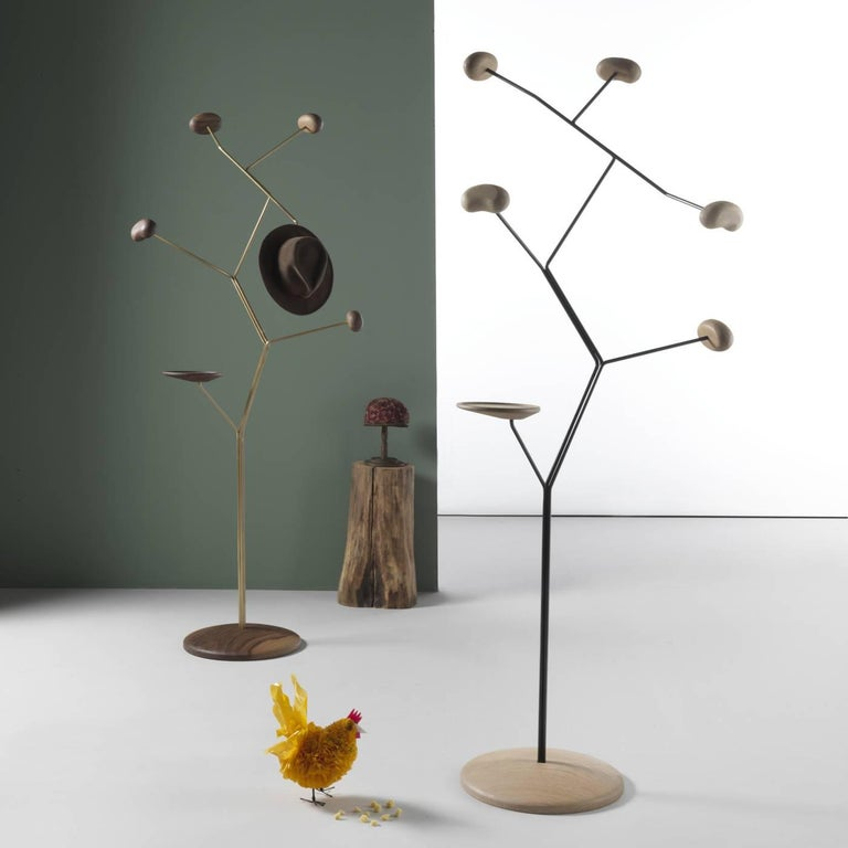 This striking coat hanger poetically evokes the first sprouts that appear just before the blossoms. The structure is a stylized sculpture with base and tips in solid