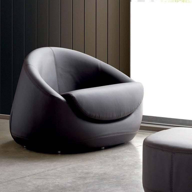 This sophisticated armchair will be a standout piece in a modern living room or entryway, thanks to its unique Silhouette that envelops with its gentle curves. Entirely made of polyurethane with different densities, its structure rests on a plywood