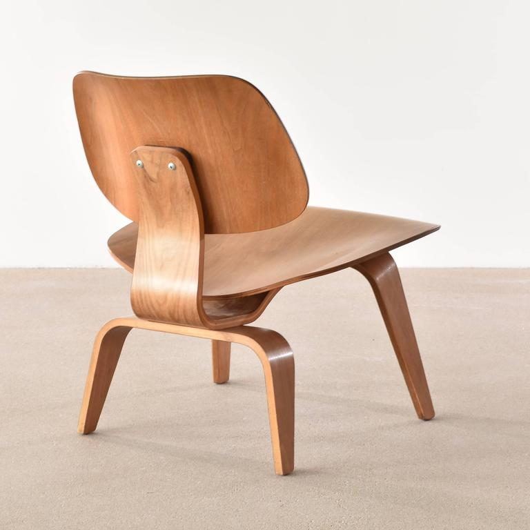 Superbe Mid Century Modern Eames LCW Walnut Lounge Chair For Herman Miller For Sale