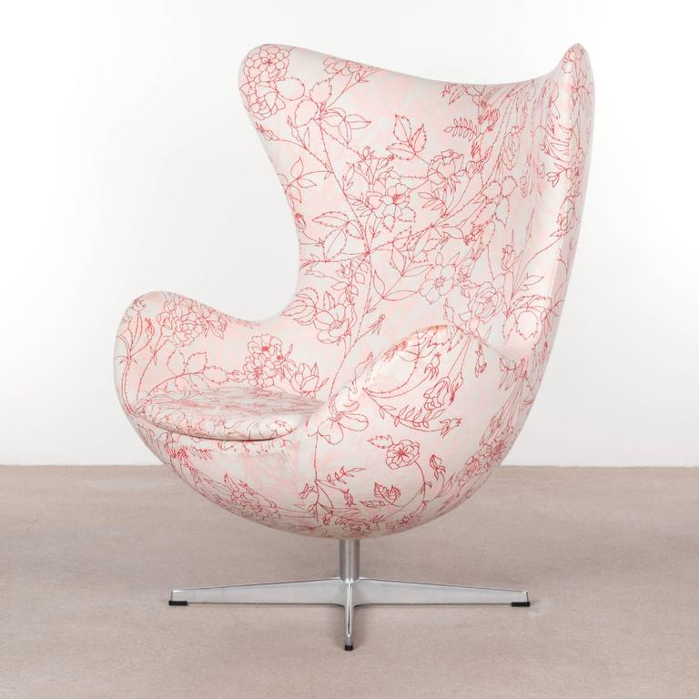 arne jacobsen egg chair in elegent fabric with rose motifv for fritz hansen for sale at 1stdibs. Black Bedroom Furniture Sets. Home Design Ideas