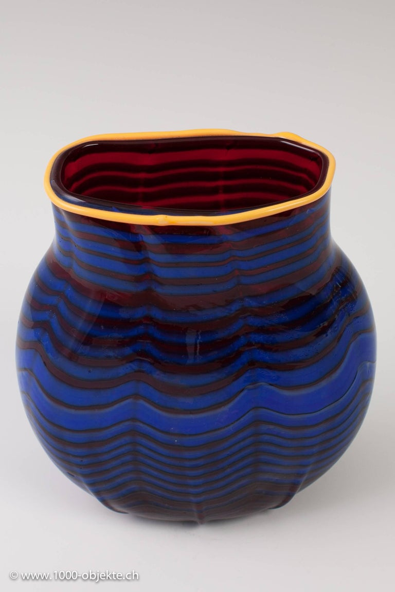 Vase Dale Chihuly, USA, 1993. Important unique studio-glass. Measures: Height / depth approx: 17.5 cm, length / width approx: 15.8 cm / 8.8 cm. Signed / Marked: Engraved signature
