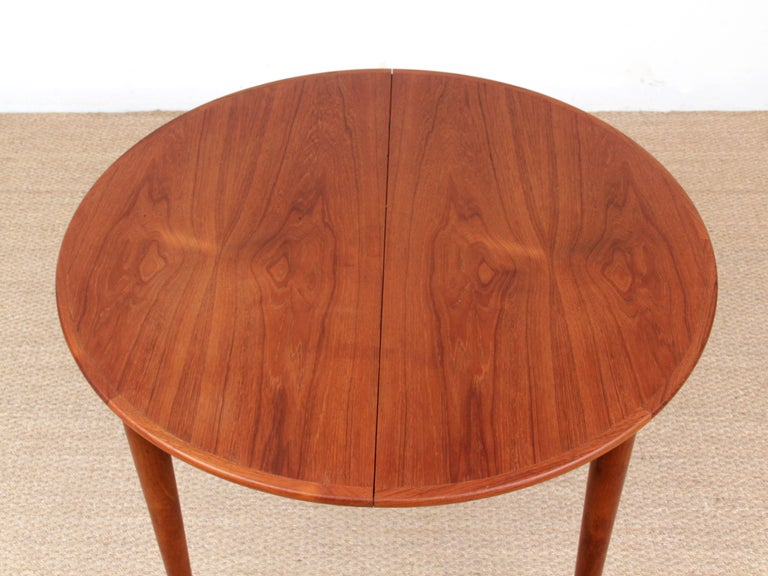 Mid-Century Modern Scandinavian Round Dining Table in Teak In Good Condition For Sale In Courbevoie, FR