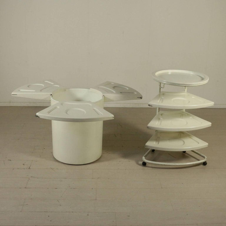 A round table designed by Fabio Lenci (1935) for Bernini. The top consists of six wedges with the prints of the table elements. The top can be disassembled and the wedges can be placed in the cart. Manufactured in Italy, 1970s.