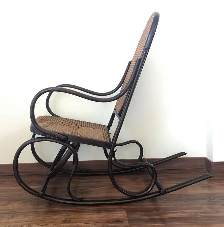 Ein Paar Bentwood Schaukelstühle mit Rohrsitz und Lehne 2