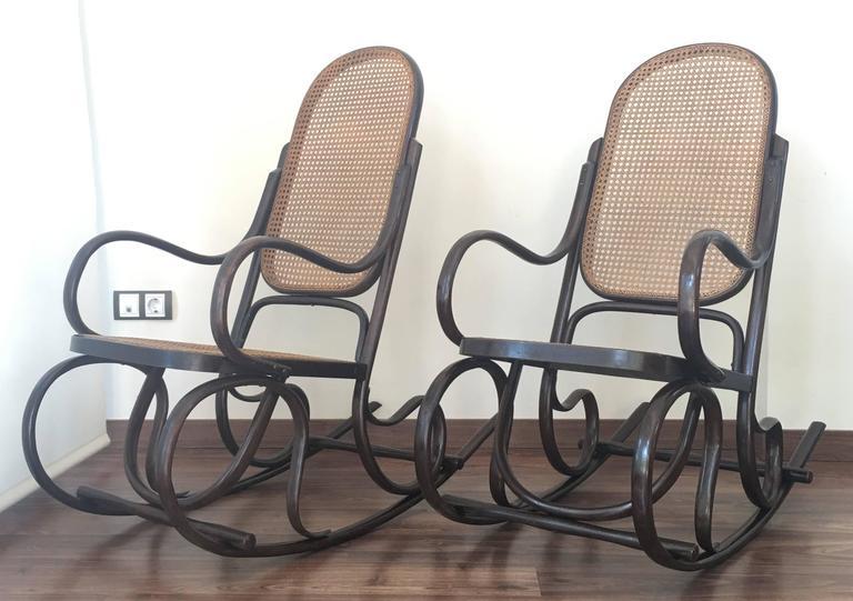 Ein Paar Bentwood Schaukelstühle mit Rohrsitz und Lehne 8