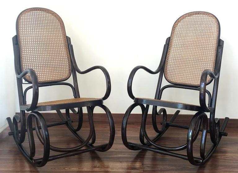 Ein Paar Bentwood Schaukelstühle mit Rohrsitz und Lehne 9