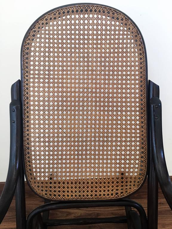 Ein Paar Bentwood Schaukelstühle mit Rohrsitz und Lehne 7