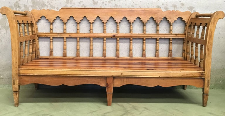 19th Century Large Pine Country Bench or Daybed In Excellent Condition For Sale In Miami, FL