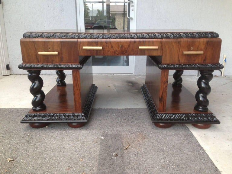 Rare and important beautiful notched Art Decó desk. It's made in walnut root and mahogany inside lemon glass. Restored.
