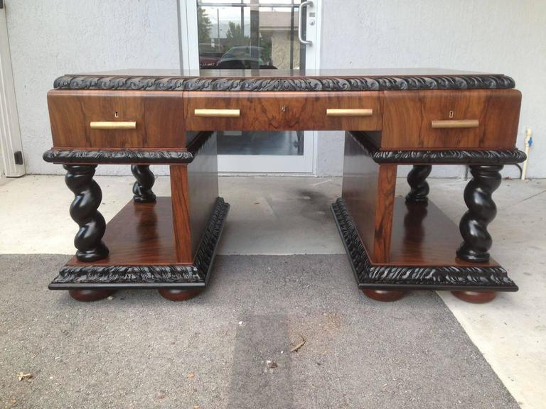 Rare and important beautiful natched Art Decó desk. It's made in walnut root and mahogany inside lemon glass. Restored.
