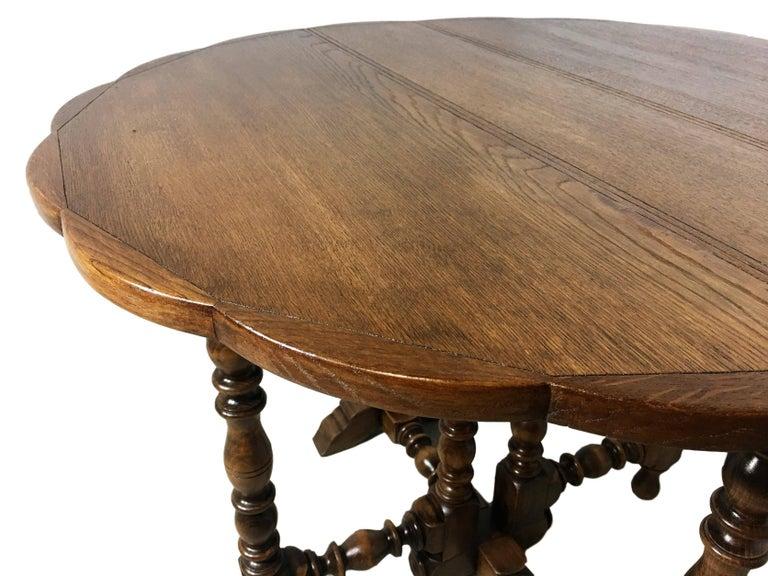 English Oak Gateleg Table with Fleur Form Top, circa 1900 In Excellent Condition In Miami, FL