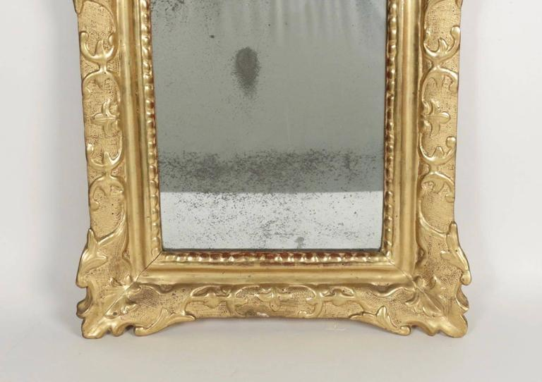 French Regence Period, Hand-Carved Giltwood Front-Top Mirror In Good Condition For Sale In Saint Ouen, FR