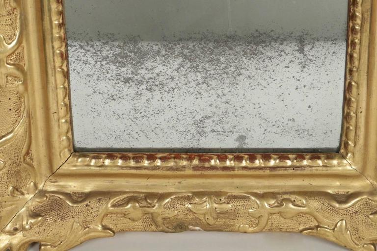 French Regence Period, Hand-Carved Giltwood Front-Top Mirror For Sale 1