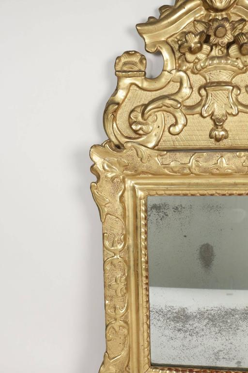 French Regence Period, Hand-Carved Giltwood Front-Top Mirror For Sale 2