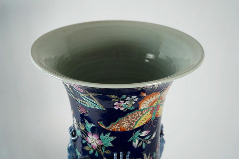 Important Chinese Cobalt Blue Vase with Butterflies and Lizards Decoration In Excellent Condition For Sale In Saint Ouen, FR