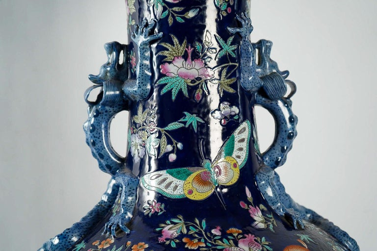 Important Chinese Cobalt Blue Vase with Butterflies and Lizards Decoration For Sale 1