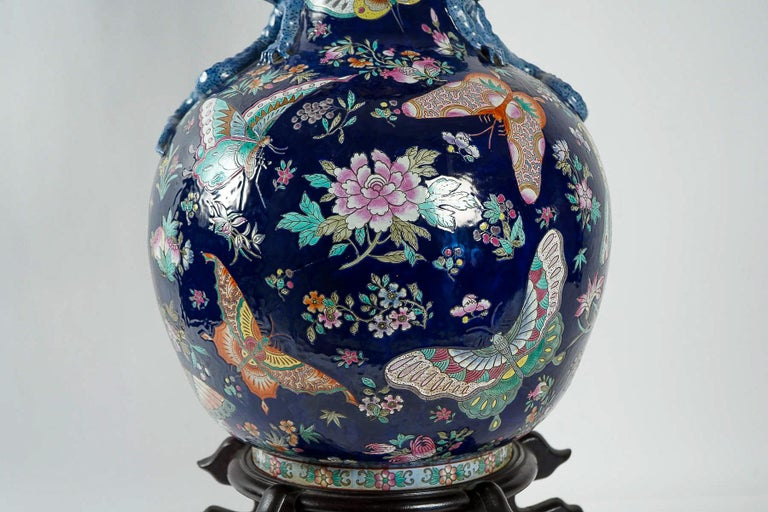 Important Chinese Cobalt Blue Vase with Butterflies and Lizards Decoration For Sale 4