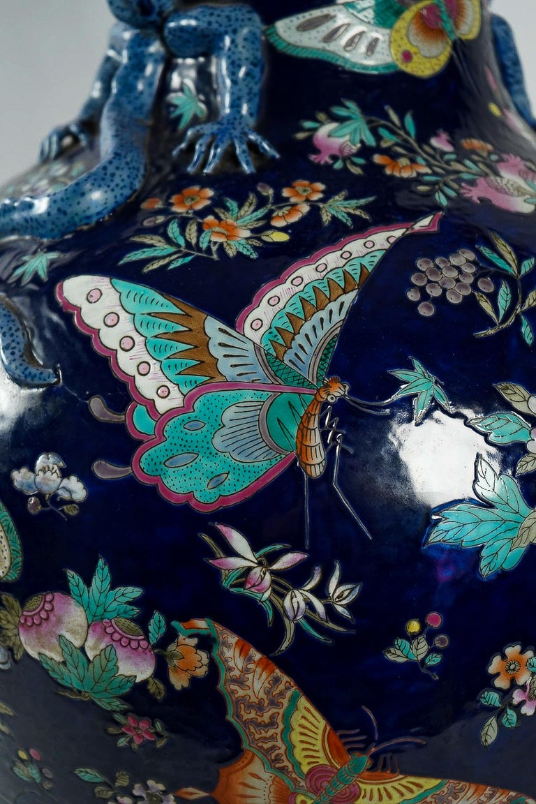 Important Chinese Cobalt Blue Vase with Butterflies and Lizards Decoration For Sale 5