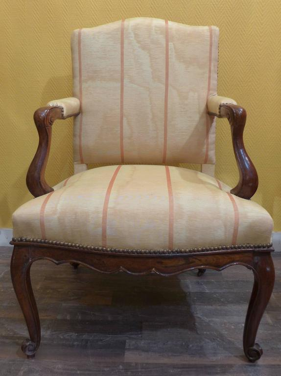 French Pair of Regence Period Armchairs in Walnut, circa 1730 For Sale 1