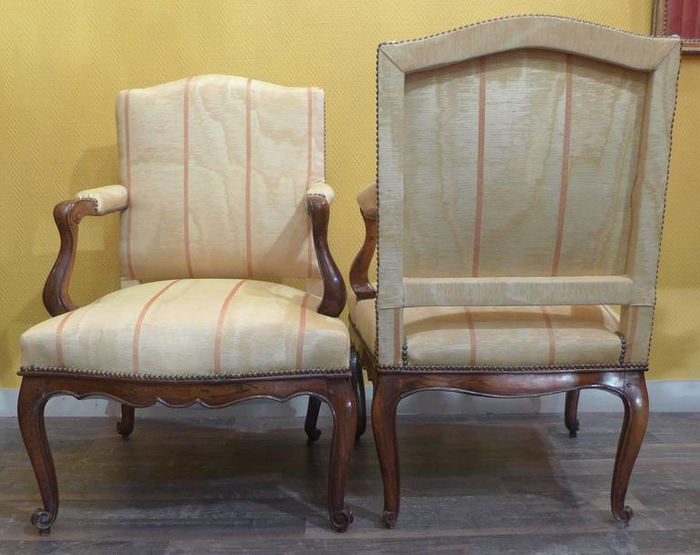 French Pair of Regence Period Armchairs in Walnut, circa 1730 For Sale 2