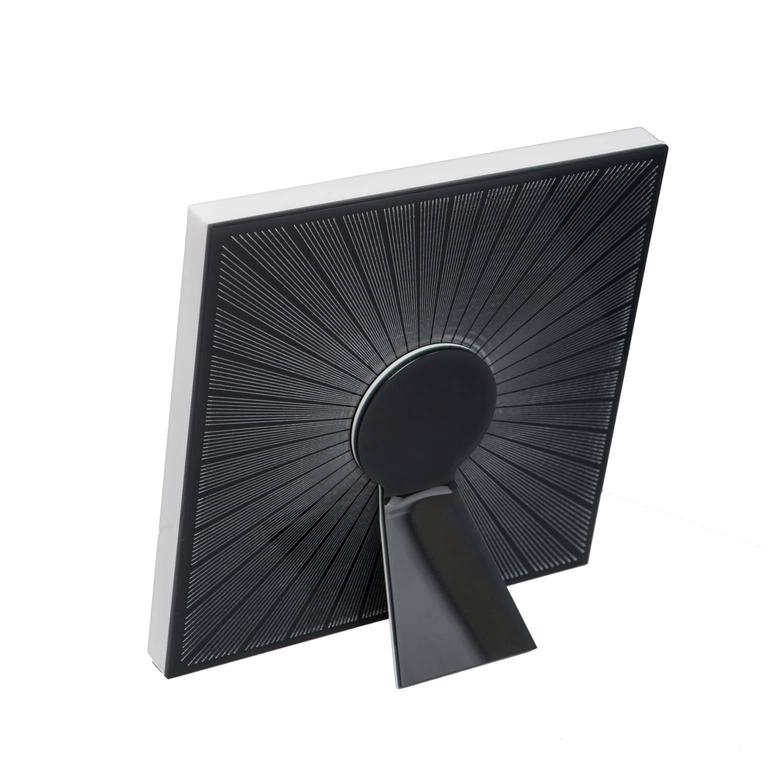 The picture frame Sharing black is a square modern design frame  of Art with Heart collection recto verso by Laura G Italy. It is realized in artistic plexiglass black and white, with guilloché rays hand worked into plexiglass which are giving light