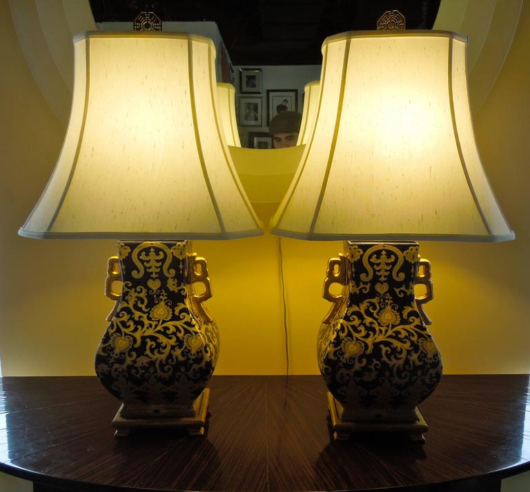 Pair of Chic Chinoiserie Navy and Gold Urn Lamps For Sale 1