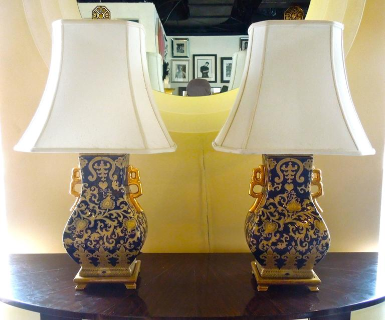 Pair of Chic Chinoiserie Navy and Gold Urn Lamps In Excellent Condition For Sale In Palm Springs, CA