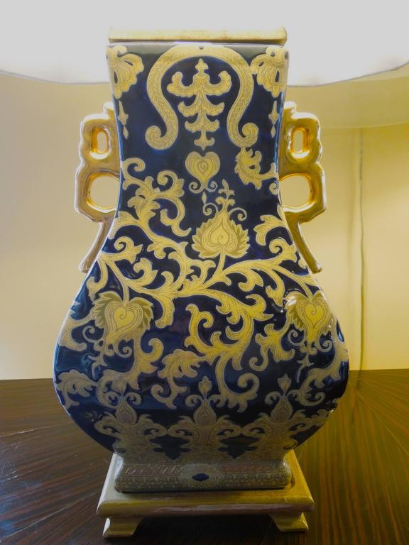 Chinese Pair of Chic Chinoiserie Navy and Gold Urn Lamps For Sale