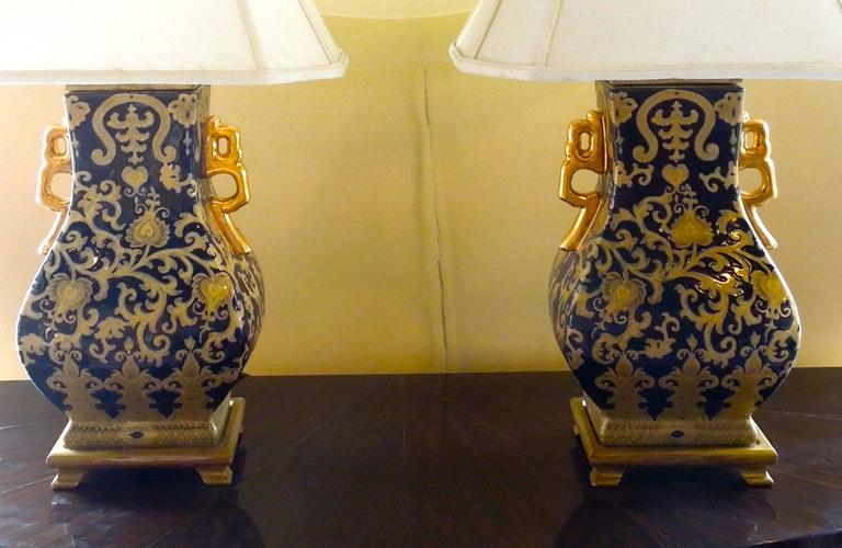 20th Century Pair of Chic Chinoiserie Navy and Gold Urn Lamps For Sale