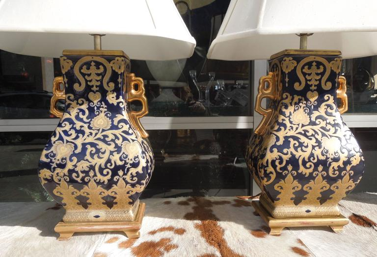 Pair of Chic Chinoiserie Navy and Gold Urn Lamps For Sale 2