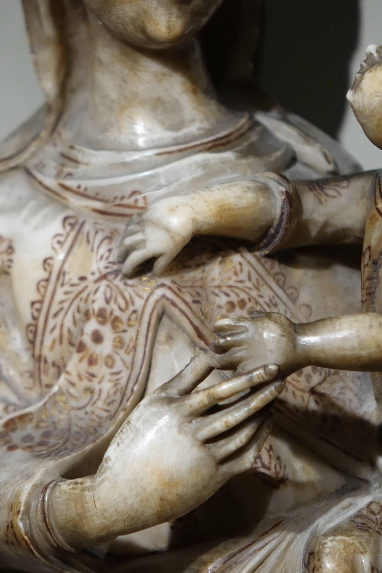 Virgin and Child in Alabaster International Gothic,North of Italy, 16th Century  In Good Condition For Sale In Paris, FR