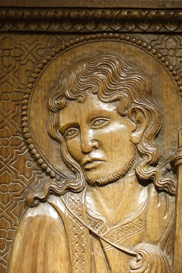 Bas Relief in Walnut Wood Representing Saint James, Venice, circa 1550, Italy  In Good Condition For Sale In Paris, FR