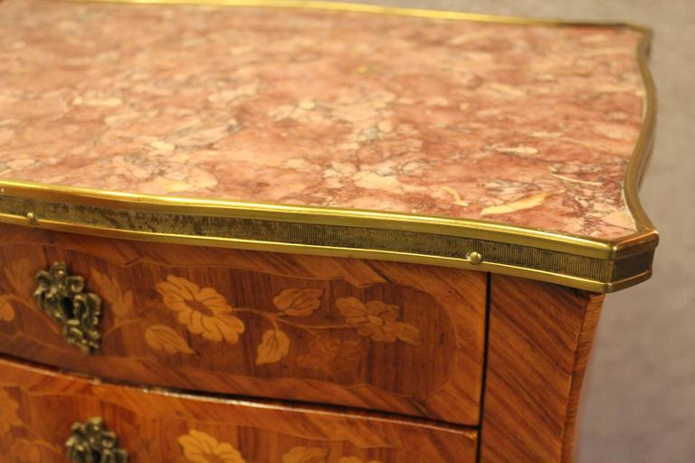 Exquisite small commode with elegant flower marquetry made of rosewood, kingwood and satinwood. Three drawers. The sides and back show a mirrored rosewood veneer pattern. With marble top. Professionally restored, 19.68 x 29.13 x 13.38?. The table