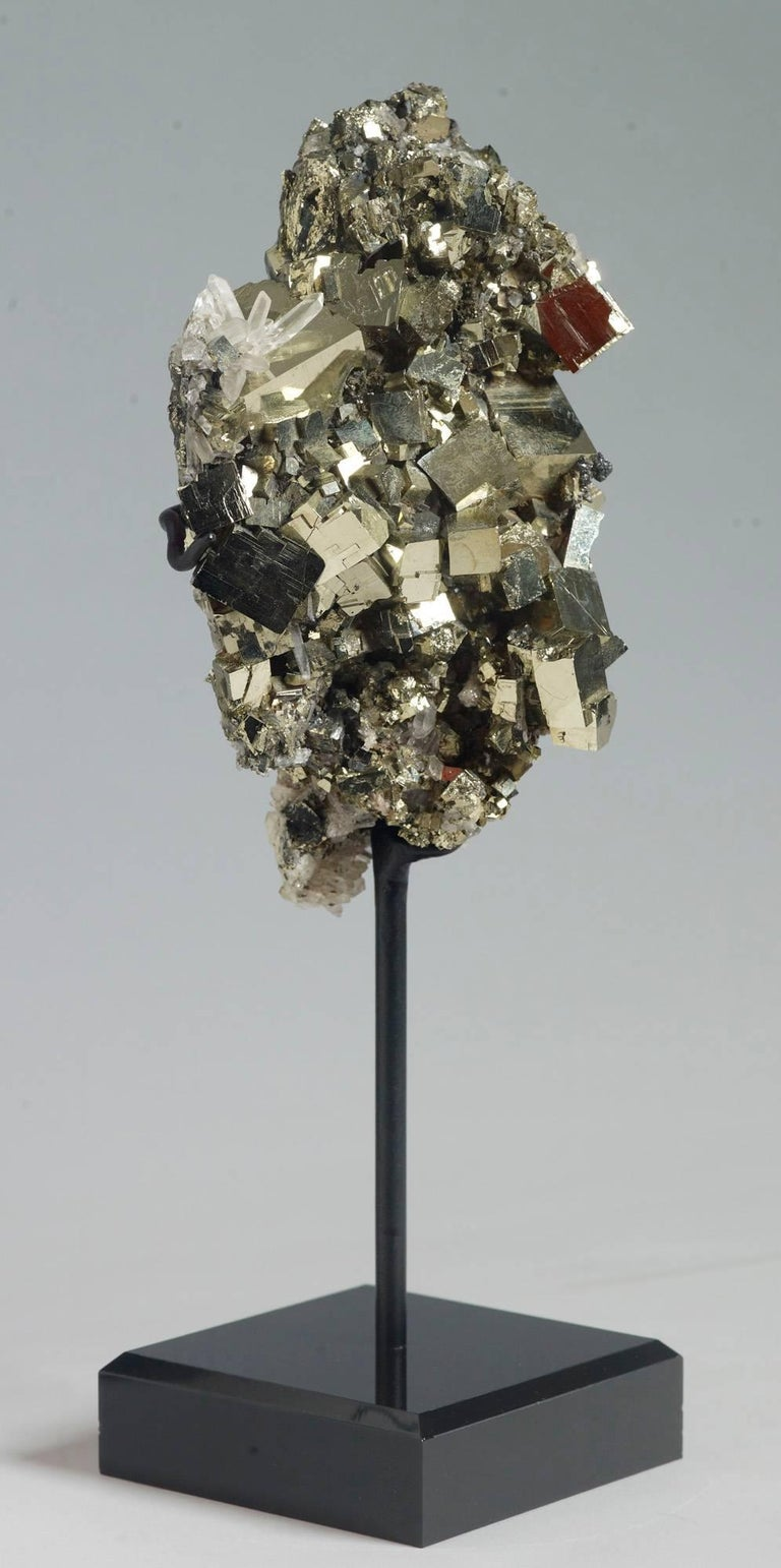 Pyrite and Quartz Crystals In Excellent Condition For Sale In Ostend, BE