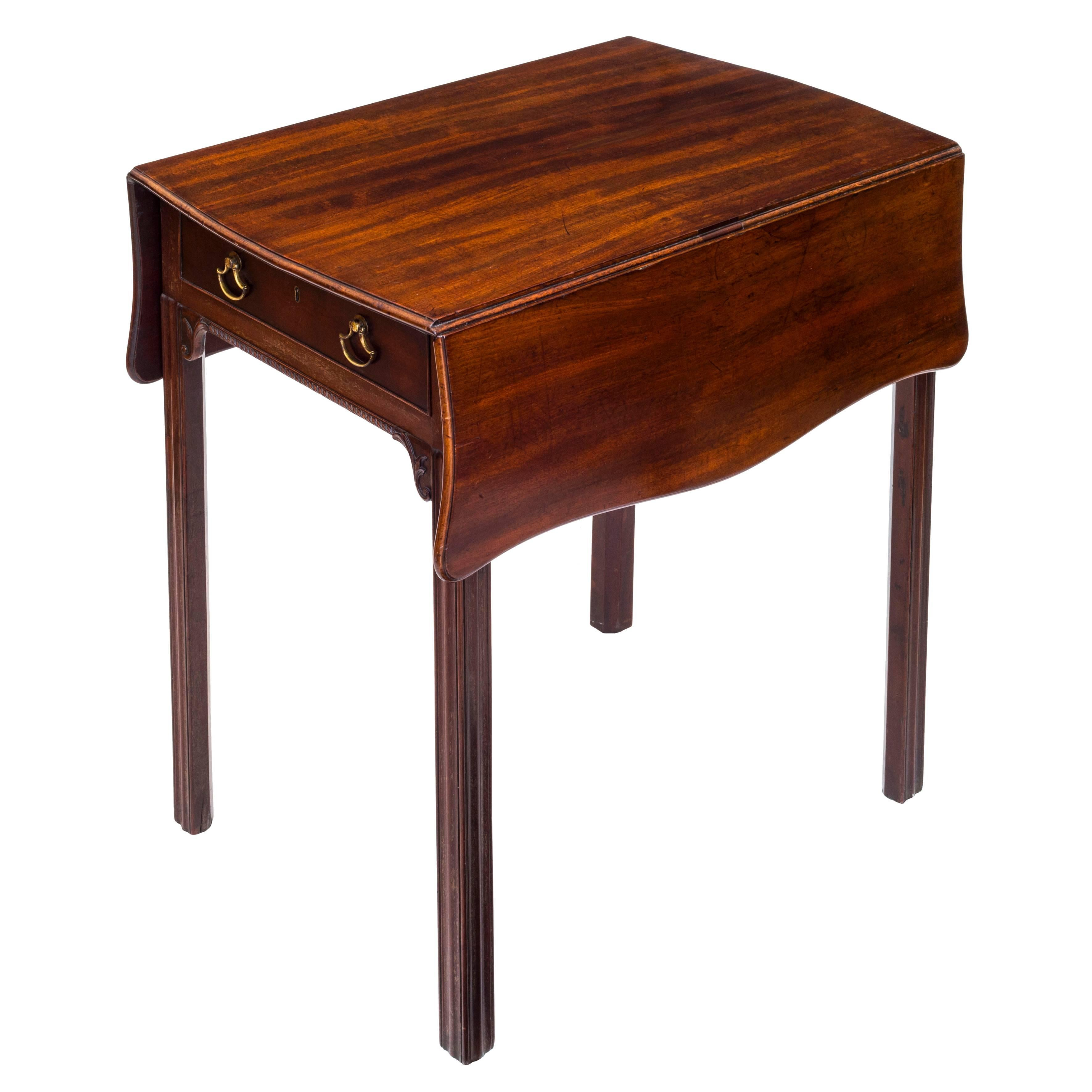 Ordinaire Hand Carved English 18th Century Georgian Chippendale Small Drop Leaf Table  For Sale