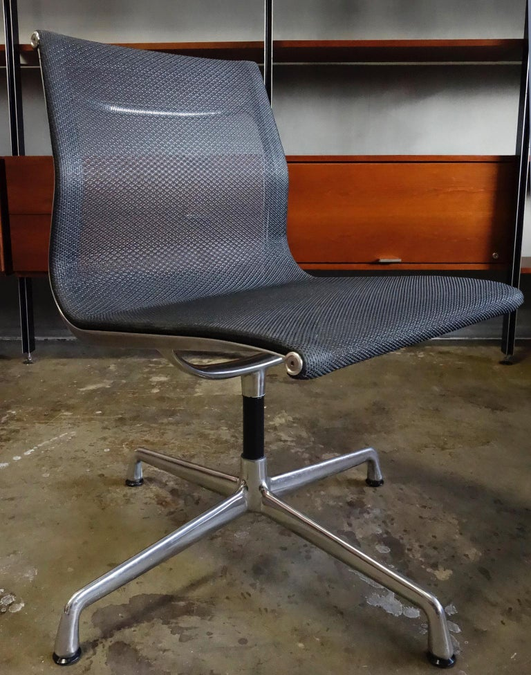 Eames Aluminum Group Side Chair for Herman Miller In Good Condition For Sale In BROOKLYN, NY