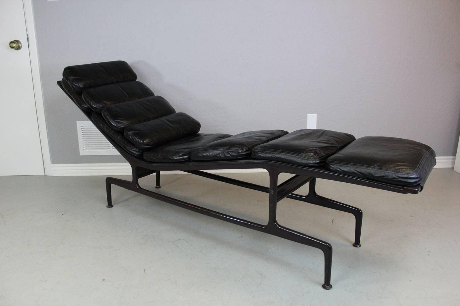 Billy wilder chaise lounge by charles and ray eames for for Chaise bar eames