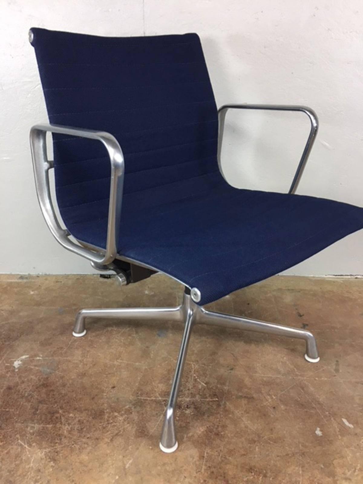 Mid Century Modern Charles Eames Aluminum Group Management Chair By Herman  Miller For Sale