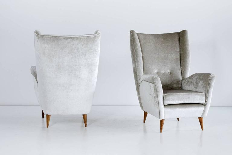 Mid-20th Century Gio Ponti Pair of High Back Armchairs in Silver Gray Velvet For Sale