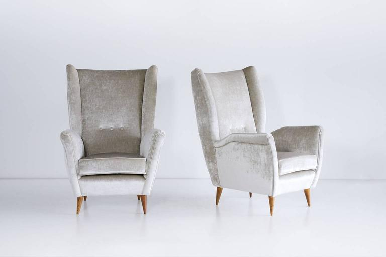 Italian Gio Ponti Pair of High Back Armchairs in Silver Gray Velvet For Sale