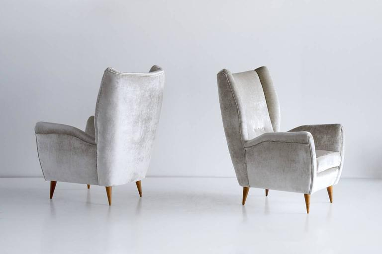 Mid-Century Modern Gio Ponti Pair of High Back Armchairs in Silver Gray Velvet For Sale